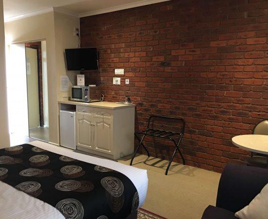 Melton Motor Inn - Queen room amenities