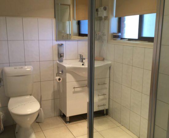 Melton Motor Inn - standard queen room bathroom